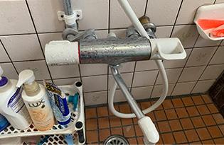 ①水栓全体を入れる